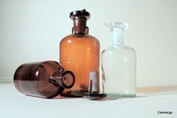 Kroplomierze ze szkła lub tworzyw sztucznych.